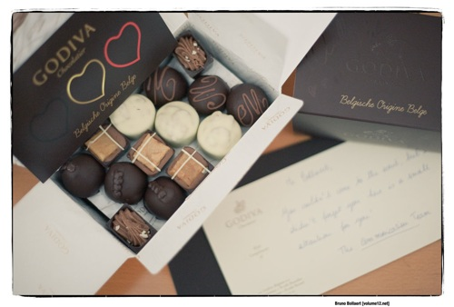 Een ballotin van Godiva; with compliments en gesigneerd door Axelle Red
