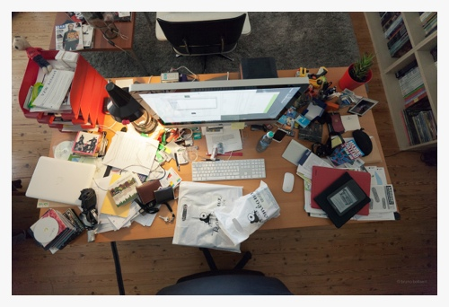 A messy desk door Bruno Bollaert
